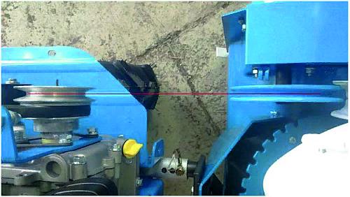 Далее производится соосность шкивов снегоуборщика и мотоблока, которая осуществляется при помощи пазов на кронштейне сцепки. Вот теперь можно жестко затянуть болты сцепки
