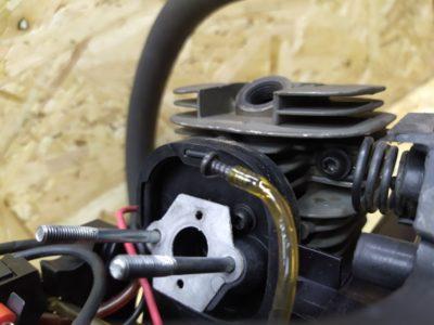 После того как зафиксировали адаптер винтами с фиксатором резьбы - собираем в обратном порядке. При необходимости прокладку карбюратора также необходимо заменить.