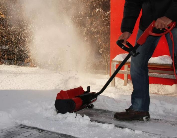 5 дешевых электрических снегоуборщиков - рейтинг 2020